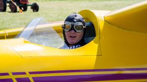 Ein Oldtimer wartet in seinem Flugzeug auf den Start