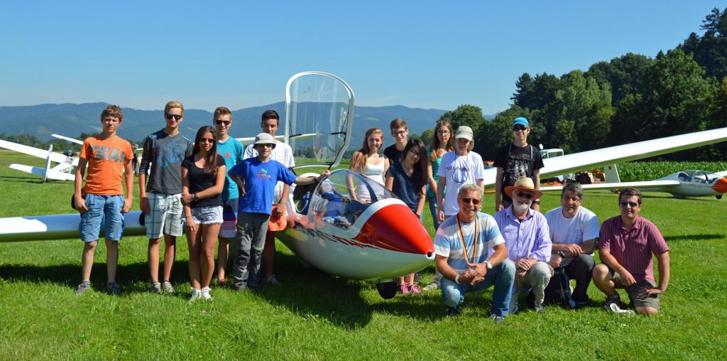Teilnehmer des Stage vor ihrem Schulflugzeug