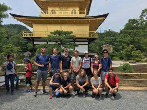 Die badische Gruppe vor einem mit Blattgold vergoldeden Tempel in Kyoto