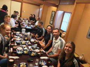 Unser erstes richtiges traditionelles japanisches Essen war eine Erfahrung für alle