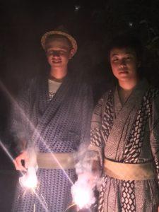 Das Feuerwerk ist ein wichtiger Teil der japanischen Kultur. Hier in traditioneller Kleidung