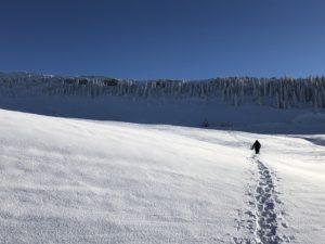 Tiefer Schnee und blauer Himmel